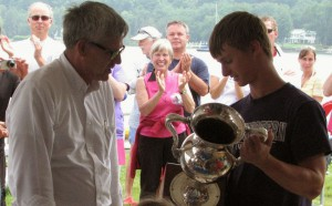 Bob Beall (right) receives the Pabst Cup from PLYC Commodore Richard Verplank in August 2014.